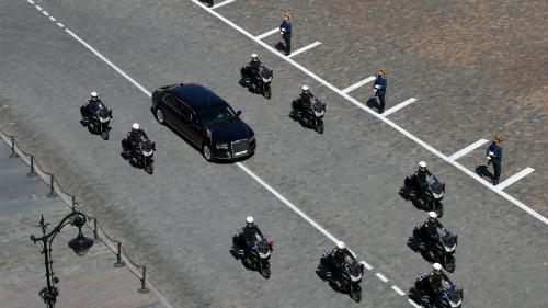 Chiếc xe được bảo vệ bởi dàn môtô hộ tống. Ảnh: Thedrive.