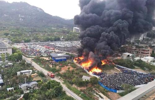 Lực lượng cứu hộ mất hơn một giờ để dập tắt đám cháy. Ảnh: QQ.