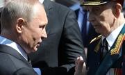Putin 'phá rào' an ninh, chào hỏi cựu binh