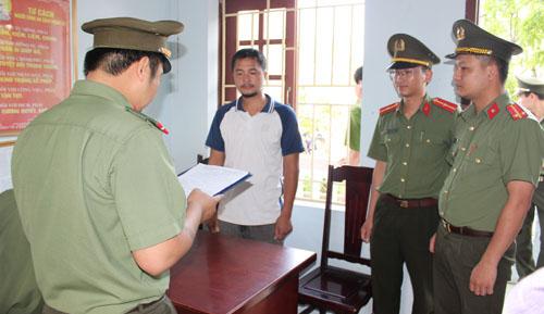 Công an đọc lệnh bắt nghi can Nguyễn Duy Sơn. Ảnh: Lam Sơn.