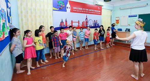 Trẻ tham gia trò chơi vận động tại Lễ hội mùa hè.