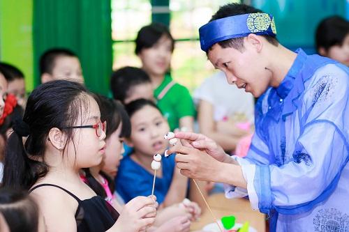 Trẻ học cách nặn tò he trong Lễ hội mùa hè.