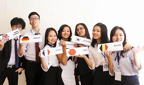 Ngọc Minh (ngoài cùng bên phải) tại Hội nghị mô phỏng Liên Hợp Quốc VYMUN 2017. Ảnh: NVCC
