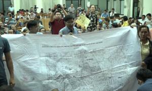 Người dân Thủ Thiêm đem bản đồ cỡ lớn trình đại biểu Quốc Hội