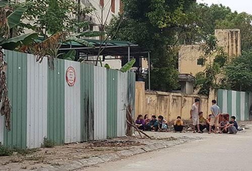Nạn nhân được phát hiện tại cạnh bức tường rào tôn, cạnh cổng khu vực nhà chứa rác của bệnh viện. Ảnh: Sơn Đạt