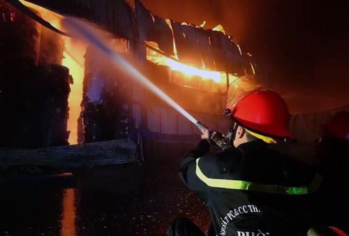 Lính cứu hỏa đang cố gắn khống chế ngọn lửa. Ảnh: Tin Tin