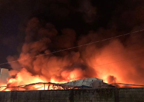 Nhà xưởng cháy ngùn ngụt rồi đổ sập sau đó. Ảnh: Tin Tin.