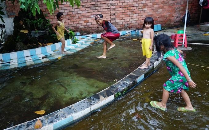Cuộc sống trong cảnh ngập nước của những người bám trụ ở Thủ Thiêm