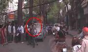Ông Tây đấm vỡ kính ôtô đi ngược chiều ở Hà Nội