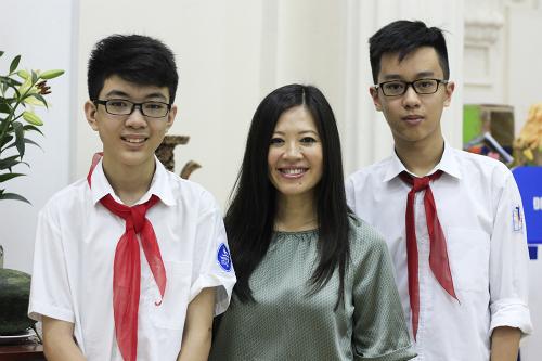 Khôi và Huy cùng chị Tần Lê (người Australia gốc Việt),nhà sáng lập bộ đọc sóng não Emotiv, trong buổi làm việc với một nhà đàicủa Mỹ ngày 10/5. Ảnh:Dương Tâm