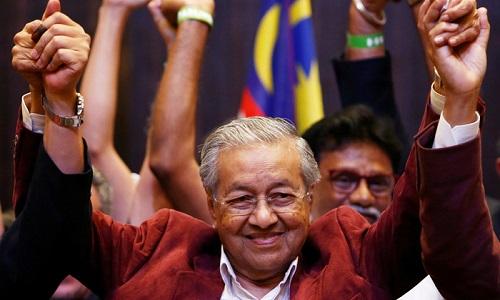 Mahathir Mohamad tại buổi họp báo sau khi công bố kết quả bầu cử. Ảnh: Reuters.