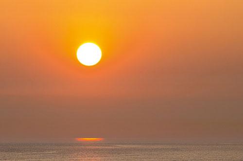 Mặt trời lúc hoàng hôn thường to hơn so với thời điểm trong ngày.