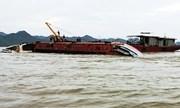 Tàu chở bùn ở Hải Phòng lật úp do mưa giông