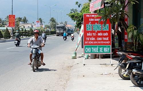 Các điểm giao dịch bất động sản trung tâm huyện Vạn Ninh mọc lên sau thông tin Vân Phong thành đặc khu. Ảnh: Xuân Ngọc