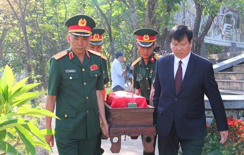 Ông Nguyễn Dung, Phó chủ tịch tỉnh Thừa Thiên Huế tại lễ an táng hài cốt liệt sĩ. Ảnh: Võ Thạnh.
