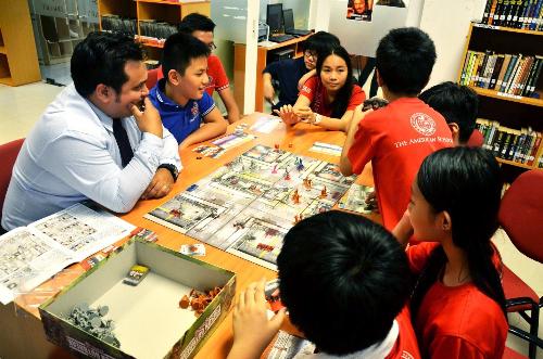 Các em tương tác, tham gia trò chơi chủ động trong tiết học của thầy.