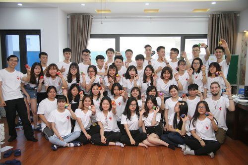 Các sinh viên học tập tại Công ty Thành Công.
