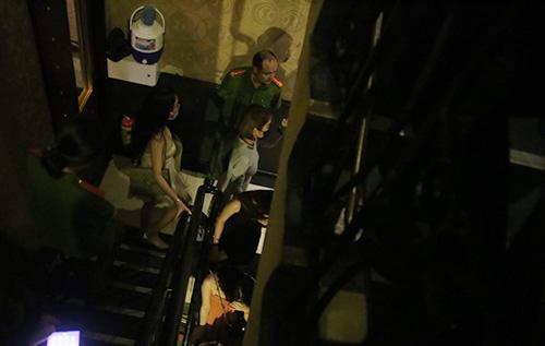 Những tiếp viên bỏ chạy lên tầng trên được cảnh sát đưa xuống dưới. Ảnh: Quốc Thắng.