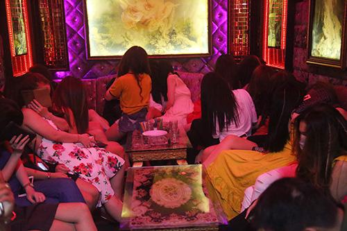 Hơn 60 nữ tiếp viên tại nhà hàng vào thời điểm kiểm tra. Ảnh: Quốc Thắng.