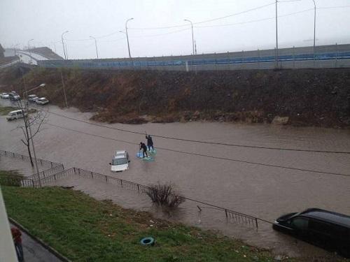 Phương tiện di chuyển khi đường phố bỗng hóa thành sông.