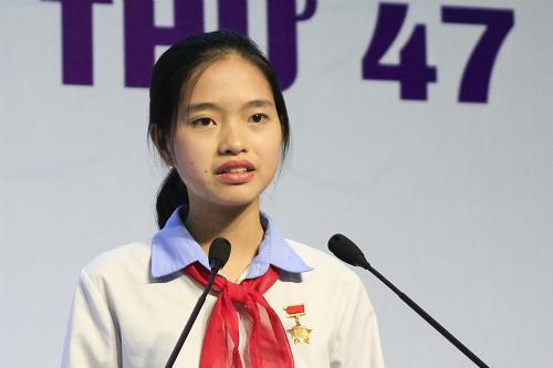 Bạch Dương đọc bức thư của mình trong lễ trao giải cuộc thi Viết thư quốc tế UPU. Ảnh: Dương Tâm