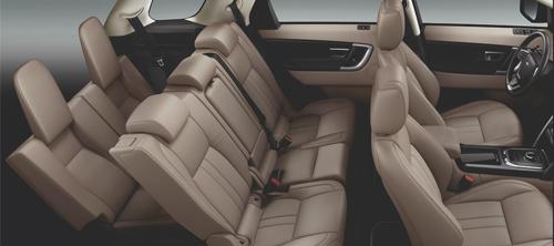 Cấu hình 5+2 với không gian nội thất linh hoạt thực dụng, Discovery Sport phù hợp cho những chuyến du lịch gia đình.