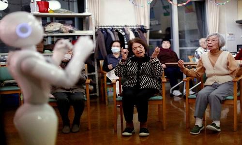 Robot hình người Pepper được sử dụng ở viện dưỡng lão Shin-tomi tại Tokyo, Nhật Bản. Ảnh: Jakarta Post.