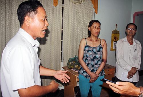 [Caption] Ông Bùi Anh Quang (trái) xin lỗi vợ chồng ông Đằng. Ảnh: Nguyễn Khoa
