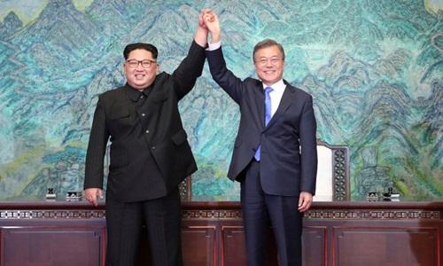 Lãnh đạo Triều Tiên Kim Jong-un và Tổng thống Hàn Quốc Moon Jae-in năm tay nhau sau khi ký tuyên bố chung tại Panmunjom hôm 27/4. Ảnh: AP.