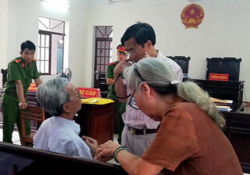Nhân viên y tế trợ giúp khiông Thủy kêu mệt.Ảnh: Nguyễn Khoa .