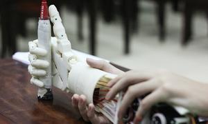Hai học sinh lớp 8 ở Hà Nội chế tạo cánh tay điều khiển bằng suy nghĩ