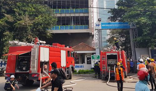 Một công trình đang xây dựng nằm trong khuôn viên Bệnh viện Việt - Pháp bị hỏa hoạn. Ảnh: Gia Chính