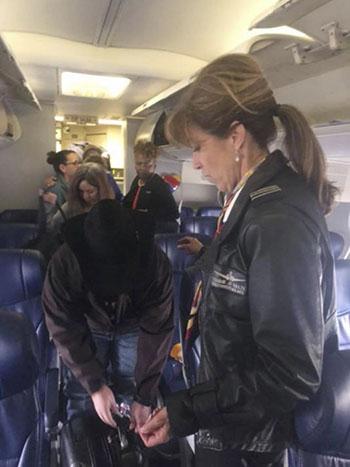 Nữ cơ trưởngTammie Jo Shults đến trò chuyện với một hành khách sau khi hạ cánh an toàn chiếc máy bay Boeing 737 chở 149 hành khách của hãng hàng không Southwest bị nổ động cơ hôm 17/4. Ảnh: AP.