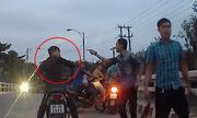 Hai thanh niên chạy xe máy chặn đầu ôtô bị đánh tới tấp