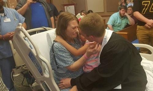 Stephanie Northcott khóc vì hạnh phúc khi chứng kiến lễ tốt nghiệp của con trai.