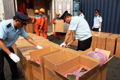 Nhà chức trách Hải Phòng khám xét 2 container bên trong chứa toàn chất ma túy, xương và vi cá mập được vận chuyển về cảng Nam Hải Đình Vũ, Hải Phòng. Ảnh: Giang Chinh