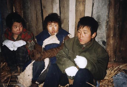 Trẻ em Triều Tiên trốn trong một nhà kho ở nông trường tại thành phố Trường Bạch, Trung Quốc, vào tháng 10/1997. Ảnh: AP.