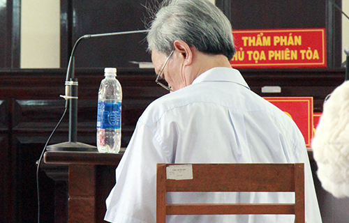 [Caption] Do sức khỏe yếu, ông Thủy được ngồi ghế trả lời suốt phiên tòa. Ảnh: Nguyễn Khoa