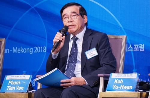 Ông Phạm Tiến Vân, cựu đại sứ Việt Nam tại Hàn Quốc và Triều Tiên, phát biểu. Ảnh: Trọng Giáp.