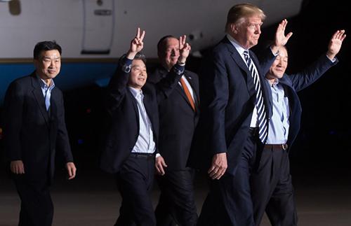 Tổng thống Trump vàba công dân Mỹ được Triều Tiên phóng thích