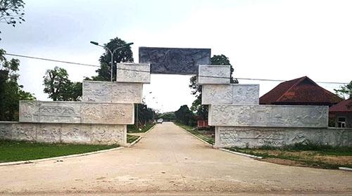 Cổng vào khu đất được dựng bằng nhiều khối đá chạm khắc tinh xảo. Ảnh: Lam Sơn.