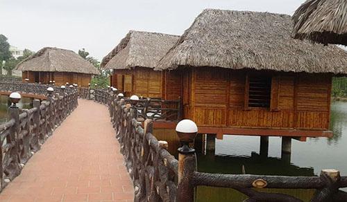 Nhiều nhà chòi được xây dựng với mục đích kinh doanh dịch vụ ăn uống. Ảnh: Lam Sơn.