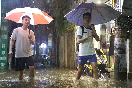 Đây là trận mưa lớn nhất từ đầu năm tại quận Cầu Giấy. Ảnh: Phạm Dự.