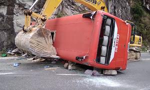 Ôtô chở đoàn công an hưu trí va vách núi, 3 người tử vong