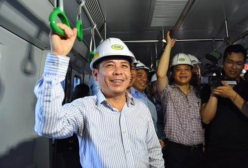 Bộ trưởng Giao thông Nguyễn Văn Thể đi thử trên tuyến dường sắt đô thị Cát Linh - Hà Đông chiều 12/5. Ảnh: Giang Huy.