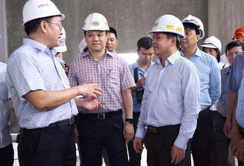 Bộ trưởng Giao thông yêu cầu các bên liên quan đảm bảo tiến độ để vận hành thử vào tháng 10 và chạy thương mại tháng 12. Ảnh: Giang Huy.