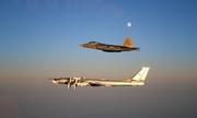 Mỹ điều tiêm kích F-22 chặn oanh tạc cơ Nga bay gần không phận