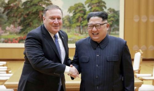 Ngoại trưởng Mỹ Mike Pompeo bắt tay với lãnh đạo Triều Tiên Kim Jong-un tại Bình Nhưỡng hôm 7/5. Ảnh: KCNA.