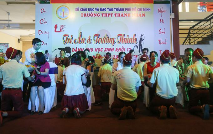 Học sinh ở Sài Gòn quỳ gối nói lời tri ân cha mẹ
