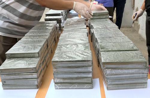 329 bánh heroin được đưa về trụ sở công an tỉnh.